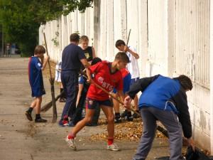 Футболисты уборка территории